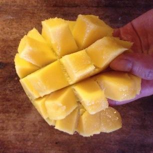 Coupez la mangue en dés