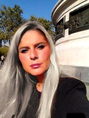 Look Meilleuse aux cheveux gris